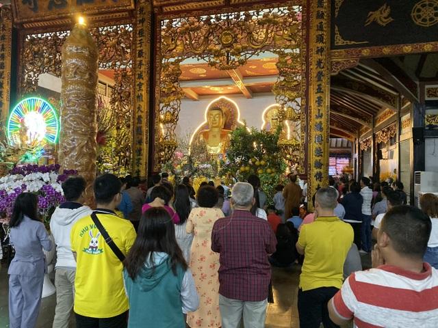 Sau giao thừa, nhiều người đi chùa cầu bình an - 1