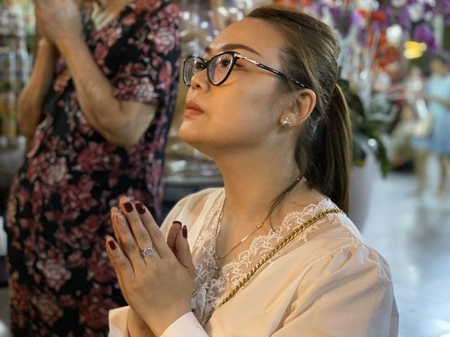 Sau giao thừa, nhiều người đi chùa cầu bình an - 7