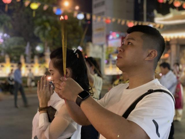 Sau giao thừa, nhiều người đi chùa cầu bình an - 12