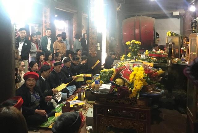 Mùng 1 Tết, người dân chen chân dâng hương ở ngôi đền linh thiêng bậc nhất xứ Nghệ - 2