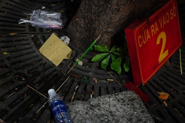 Phố đi bộ Nguyễn Huệ đầy rác sau đêm giao thừa - 5