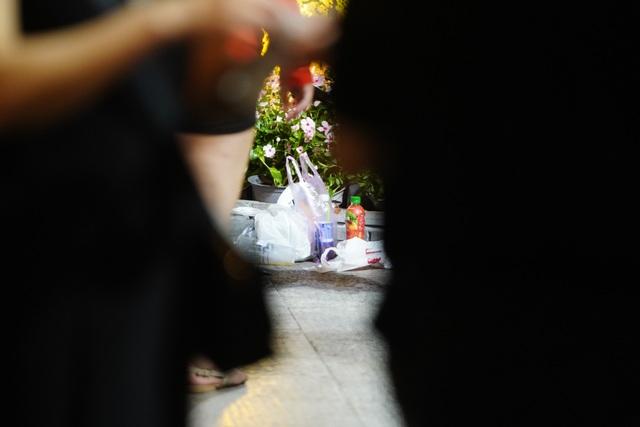 Phố đi bộ Nguyễn Huệ đầy rác sau đêm giao thừa - 9