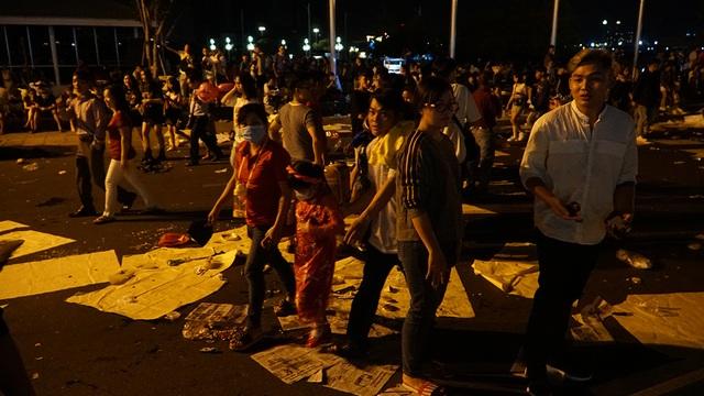 Phố đi bộ Nguyễn Huệ đầy rác sau đêm giao thừa - 2
