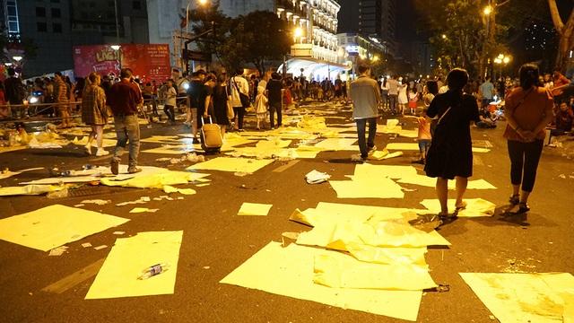 Phố đi bộ Nguyễn Huệ đầy rác sau đêm giao thừa - 1