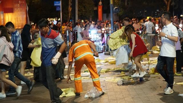 Phố đi bộ Nguyễn Huệ đầy rác sau đêm giao thừa - 14