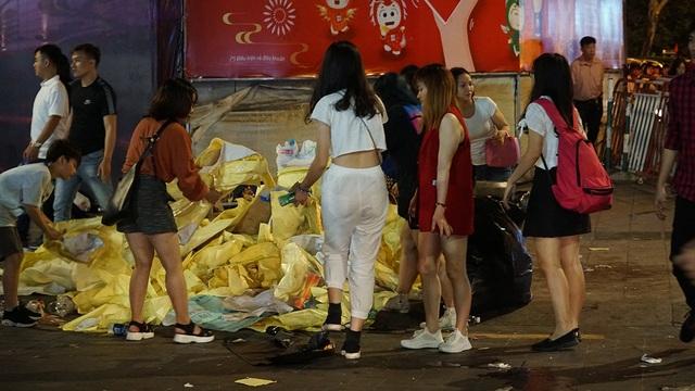 Phố đi bộ Nguyễn Huệ đầy rác sau đêm giao thừa - 11