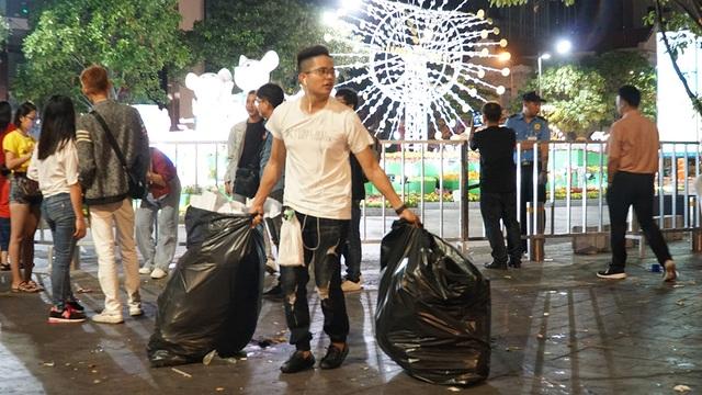 Phố đi bộ Nguyễn Huệ đầy rác sau đêm giao thừa - 12