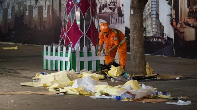Phố đi bộ Nguyễn Huệ đầy rác sau đêm giao thừa - 16