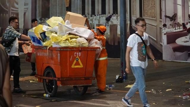 Phố đi bộ Nguyễn Huệ đầy rác sau đêm giao thừa - 17