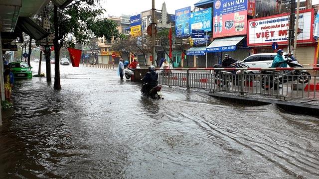 Mùng 1 Tết phố ngập như sông, nước lênh láng trong nhà - 3