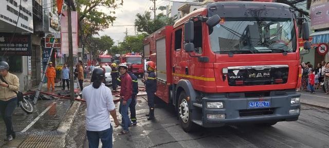 Giải cứu hai nạn nhân khỏi đám cháy nhà ngày mùng 1 Tết - 1