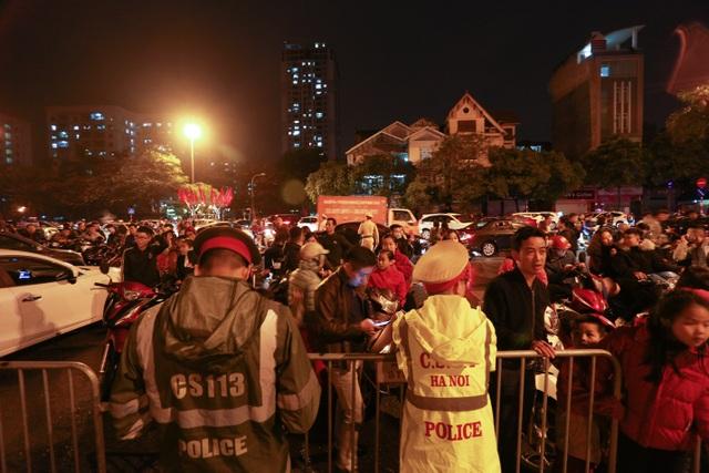 Sau trận mưa lạ, người Hà Nội đổ ra đường đón giao thừa - 2