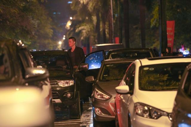 Sau trận mưa lạ, người Hà Nội đổ ra đường đón giao thừa - 6