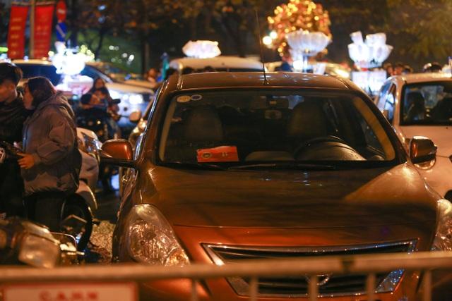 Sau trận mưa lạ, người Hà Nội đổ ra đường đón giao thừa - 7