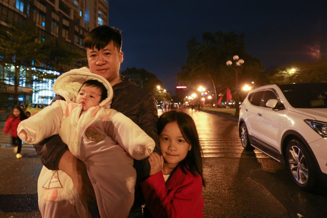 Sau trận mưa lạ, người Hà Nội đổ ra đường đón giao thừa - 10