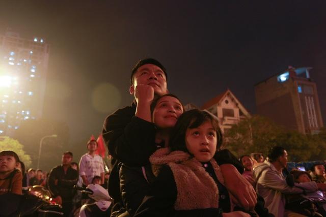 Sau trận mưa lạ, người Hà Nội đổ ra đường đón giao thừa - 13