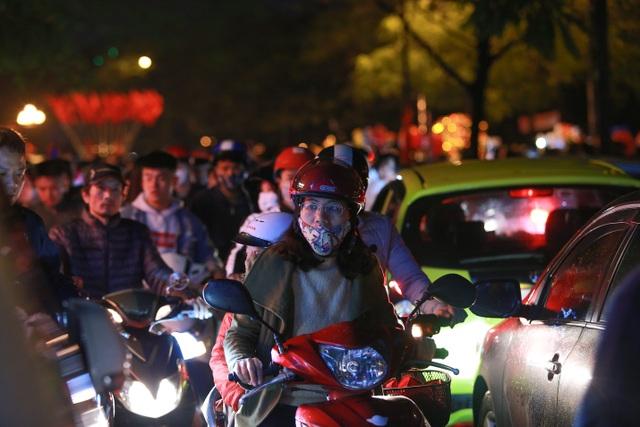 Sau trận mưa lạ, người Hà Nội đổ ra đường đón giao thừa - 15