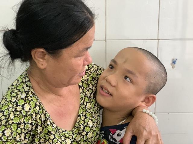 Cậu bé bại não lần đầu xuất viện về nhà đón Tết - 2