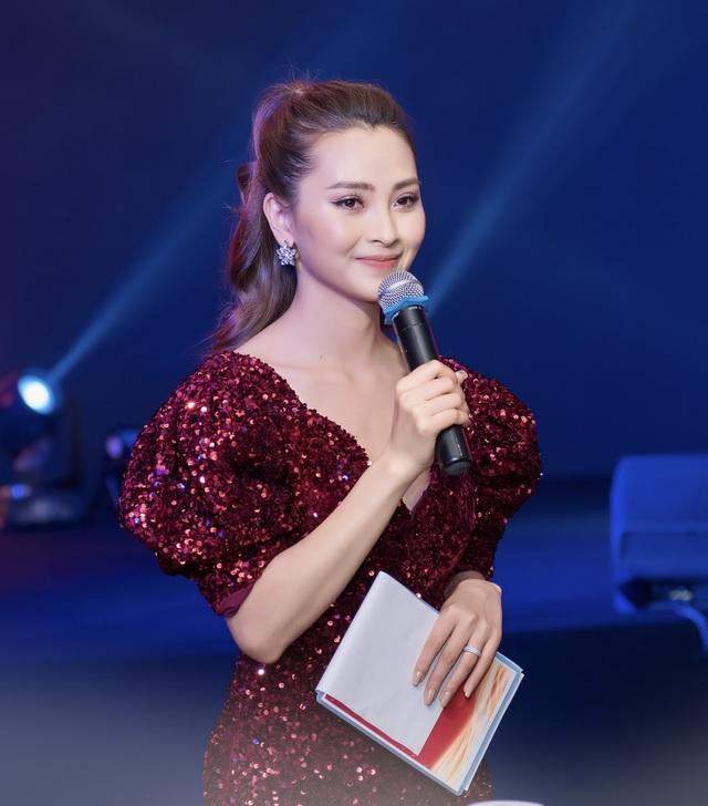 """MC Huyền Trang """"Mù Tạt"""" VTV: """"Chị em tôi """"đau đầu chóng mặt"""" vì bị giục lấy chồng"""" - 4"""