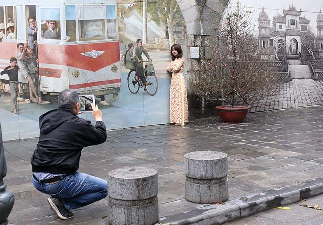Chấp gió rét, bạn trẻ Hà Nội xuống phố chụp hình ngày mùng Một Tết - 11