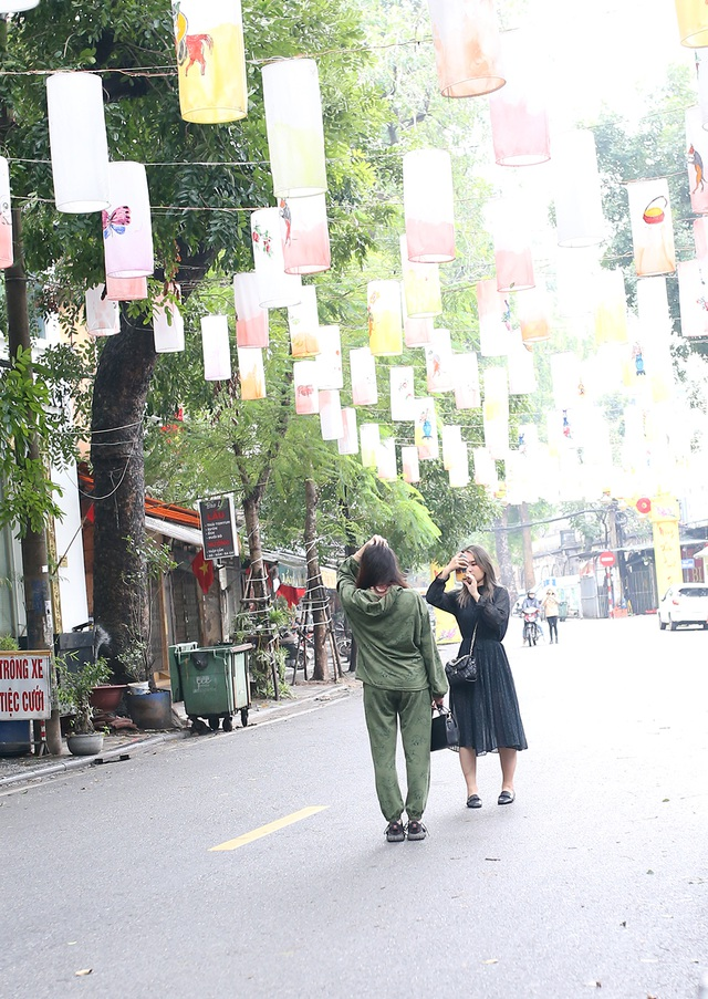 Chấp gió rét, bạn trẻ Hà Nội xuống phố chụp hình ngày mùng Một Tết - 12