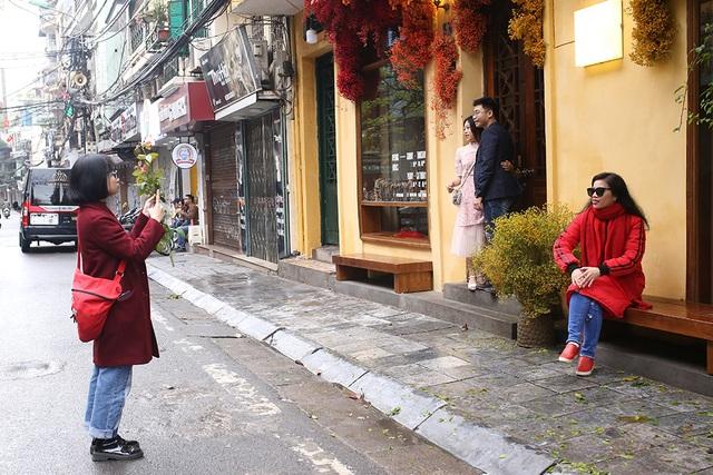 Chấp gió rét, bạn trẻ Hà Nội xuống phố chụp hình ngày mùng Một Tết - 2