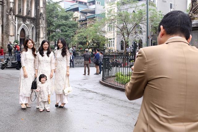 Chấp gió rét, bạn trẻ Hà Nội xuống phố chụp hình ngày mùng Một Tết - 3