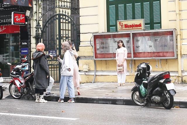 Chấp gió rét, bạn trẻ Hà Nội xuống phố chụp hình ngày mùng Một Tết - 4
