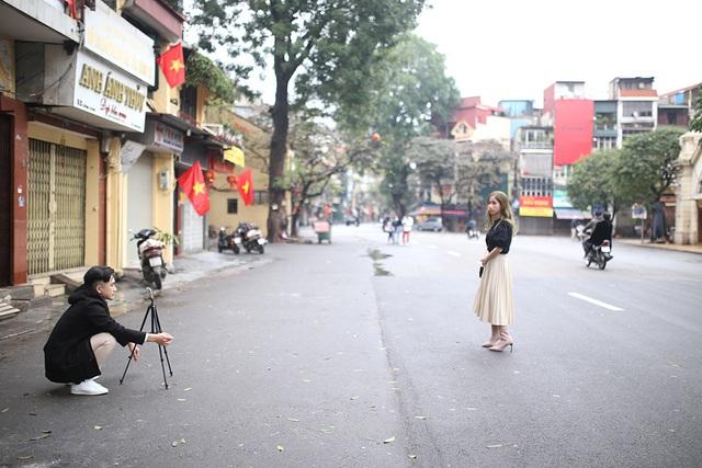 Chấp gió rét, bạn trẻ Hà Nội xuống phố chụp hình ngày mùng Một Tết - 5