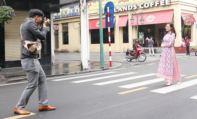 Chấp gió rét, bạn trẻ Hà Nội xuống phố chụp hình ngày mùng Một Tết - 6