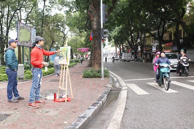 Chấp gió rét, bạn trẻ Hà Nội xuống phố chụp hình ngày mùng Một Tết - 7