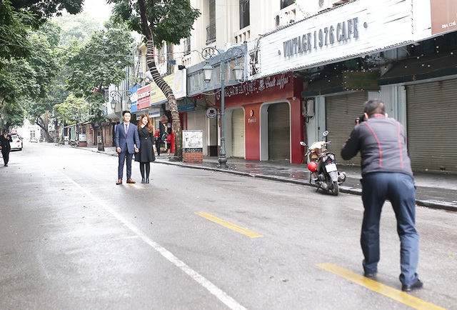 Chấp gió rét, bạn trẻ Hà Nội xuống phố chụp hình ngày mùng Một Tết - 8