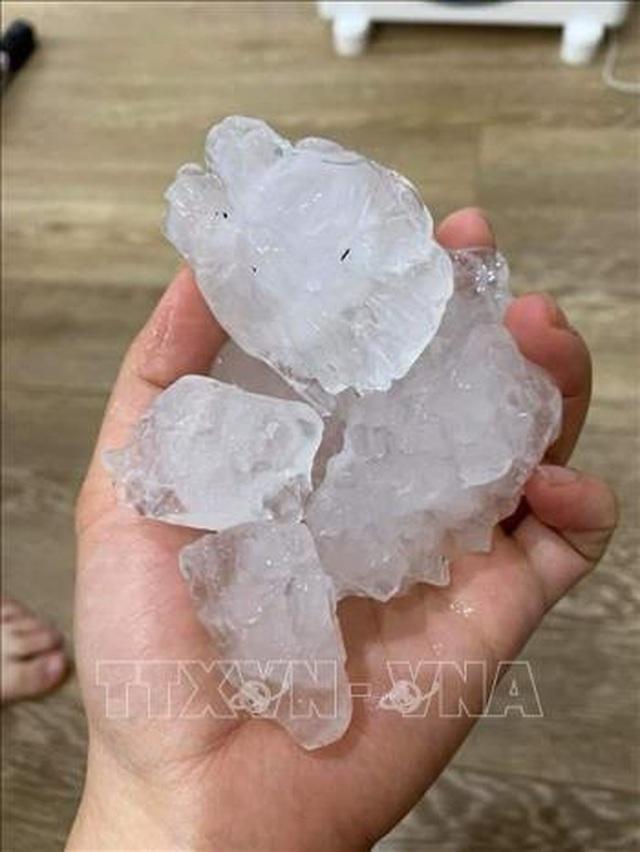 Mưa đá to hiếm thấy rơi thủng mái nhà, vỡ kính ô tô - 2