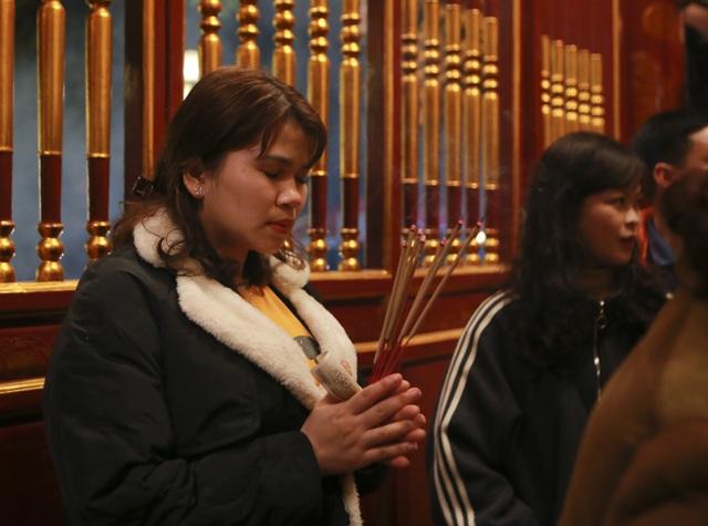 """Hàng nghìn người đi """"xin lộc"""" xuyên đêm ở đền thờ Thánh Gióng - 9"""