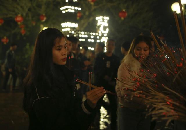"""Hàng nghìn người đi """"xin lộc"""" xuyên đêm ở đền thờ Thánh Gióng - 10"""