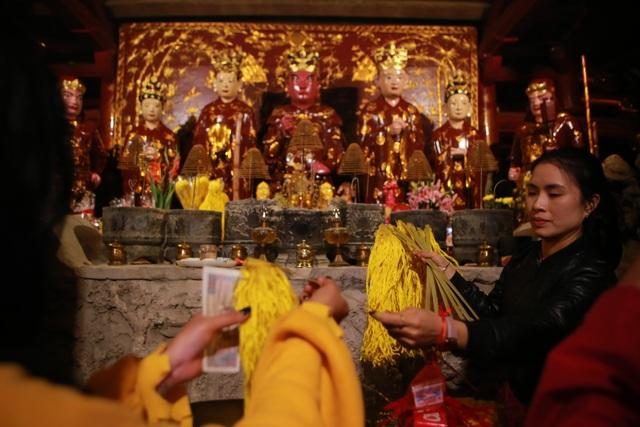 """Hàng nghìn người đi """"xin lộc"""" xuyên đêm ở đền thờ Thánh Gióng - 2"""