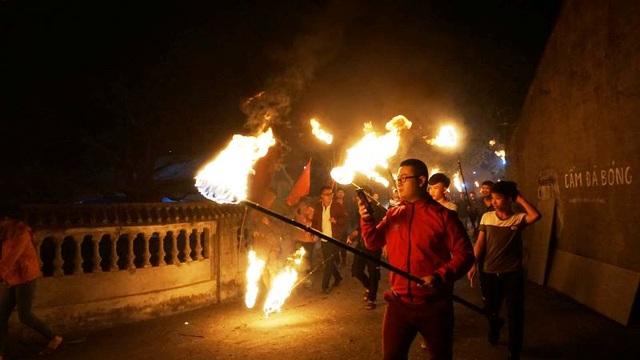 """Đêm Giao thừa, cả làng chạy thật nhanh đưa """"lửa Thánh"""" về nhà - 4"""