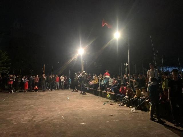 """Đêm Giao thừa, cả làng chạy thật nhanh đưa """"lửa Thánh"""" về nhà - 2"""