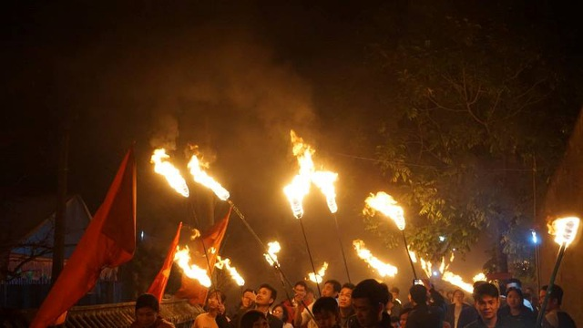 """Đêm Giao thừa, cả làng chạy thật nhanh đưa """"lửa Thánh"""" về nhà - 3"""