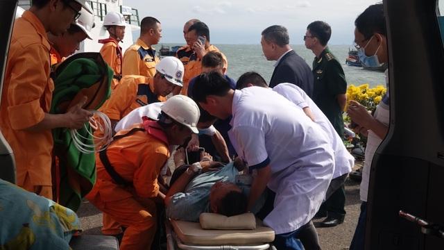 Cứu thuyền viên Thái Lan gặp nạn ngoài biển vào bờ an toàn - 2