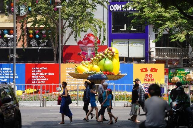 TPHCM: Chen chân chụp ảnh giữa trời nắng nóng ở đường hoa Nguyễn Huệ - 2