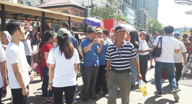 TPHCM: Chen chân chụp ảnh giữa trời nắng nóng ở đường hoa Nguyễn Huệ - 5