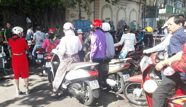 TPHCM: Chen chân chụp ảnh giữa trời nắng nóng ở đường hoa Nguyễn Huệ - 19