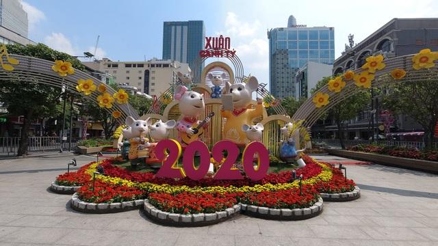 TPHCM: Chen chân chụp ảnh giữa trời nắng nóng ở đường hoa Nguyễn Huệ - 4