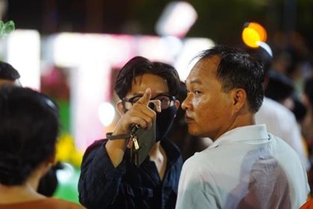 Giành giật nhau chọn chỗ chụp hình trên đường hoa Nguyễn Huệ - 10