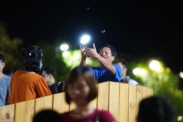 Giành giật nhau chọn chỗ chụp hình trên đường hoa Nguyễn Huệ - 11