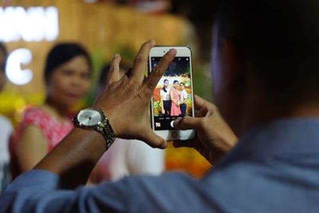 Giành giật nhau chọn chỗ chụp hình trên đường hoa Nguyễn Huệ - 15