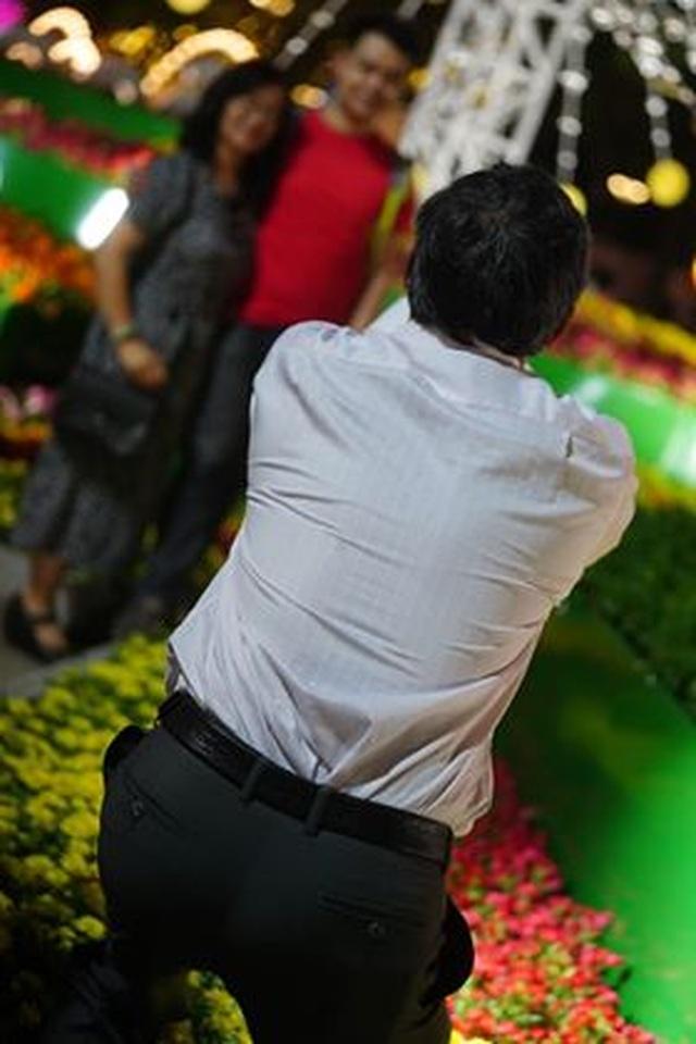 Giành giật nhau chọn chỗ chụp hình trên đường hoa Nguyễn Huệ - 17