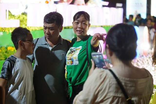 Giành giật nhau chọn chỗ chụp hình trên đường hoa Nguyễn Huệ - 16