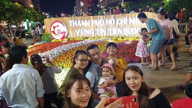 Giành giật nhau chọn chỗ chụp hình trên đường hoa Nguyễn Huệ - 4